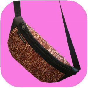 riñonera de polipiel con estampado de leopardo