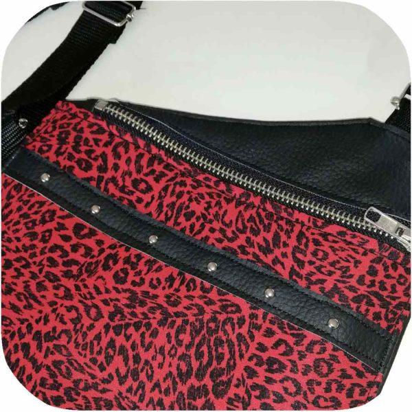 pistolera de polipiel negra y leopardo rojo