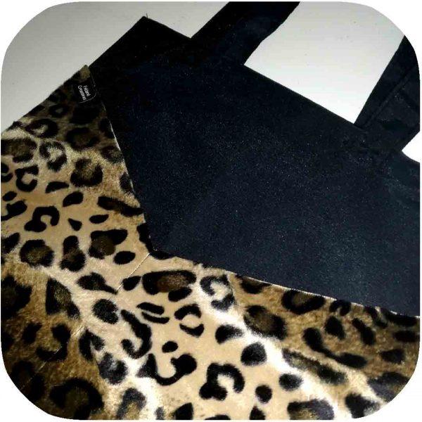 bolso con bolsillos estampados de leopardo