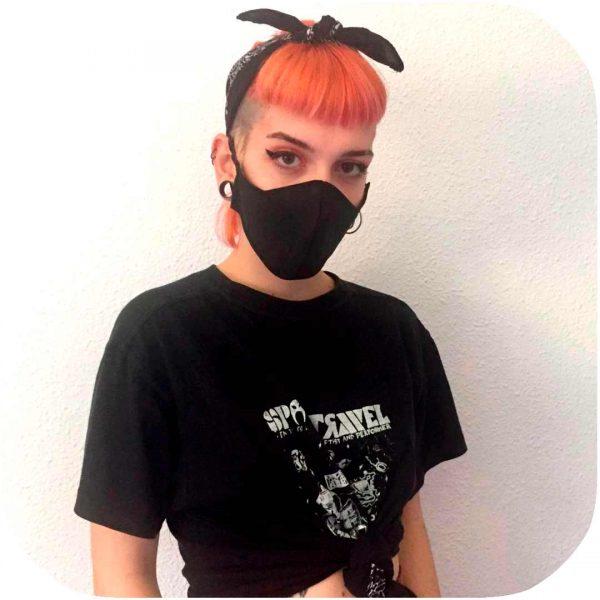 chica usando mascarilla totalmente impermeable