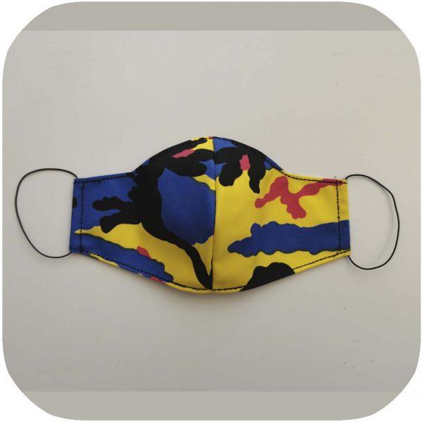 mascarilla con estampado de camuflaje amarillo, azul y rojo