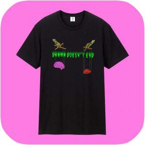 camiseta negra con texto en letras verdes que recuerdan a series de terror de los 90. En el dibujo dos manos también verdes sostienen como marionetas a un corazón y un cerebro.