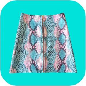 falda de serpiente rosa y turquesa