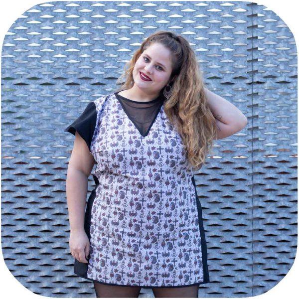 modelo posando con vestido tipo pinup de tela estampada con calaveras mexicanas y anclas estilo old school