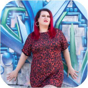 modelo posando con vestido de leopardo rojo