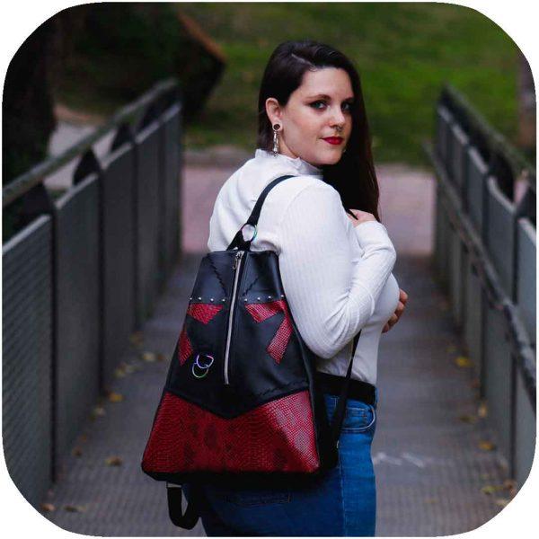 chica posando con mochila de serpiente roja