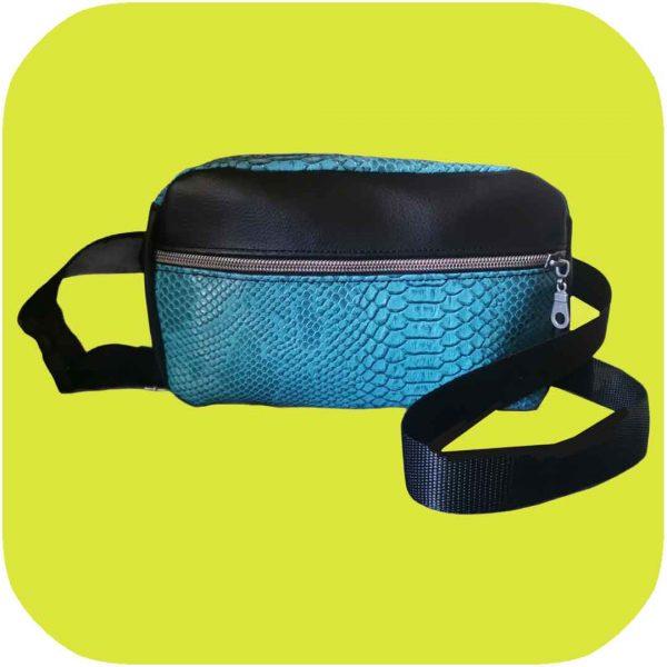 riñonera de serpiente turquesa con detalles en negro y dos bolsillos