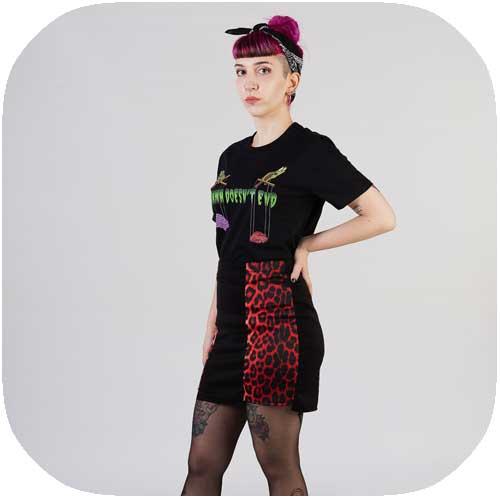 chica posando con falda de leopardo rojo