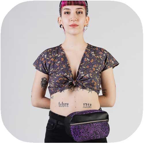 chica posando con riñonera de leopardo púrpura